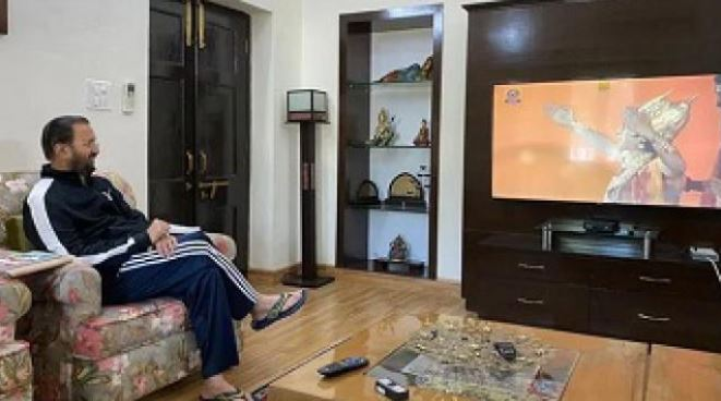 Union Minister Prakash Javadekar shares photo while watching Ramayana, Farah Khan said, leave the serial and watch the migrating labours