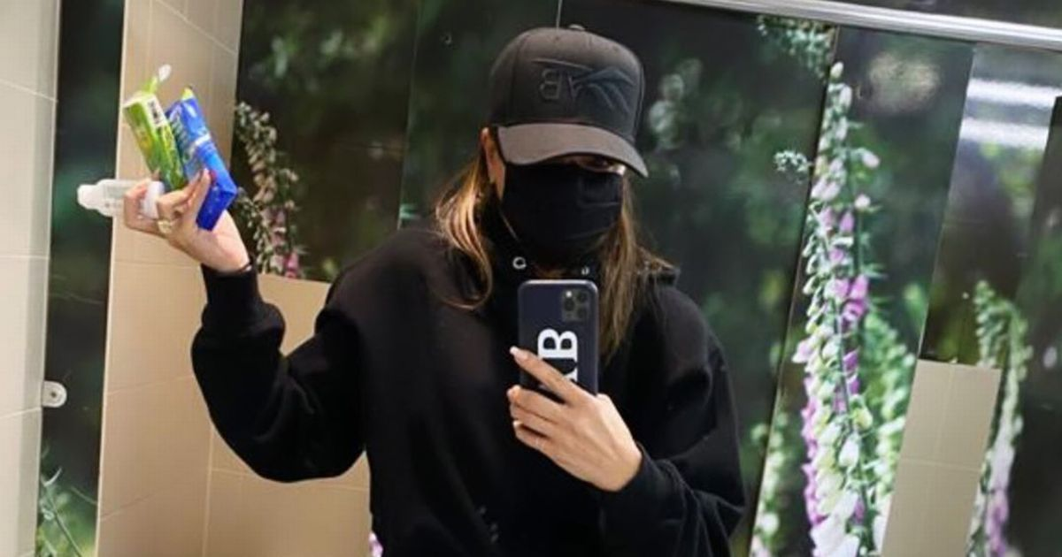 Victoria Beckham shows down-to-earth side as she poses for public loo selfie