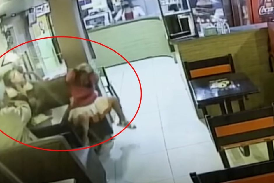 VIDEO: Woman brutally beats and pulls hair to girl in restaurant | The NY Journal