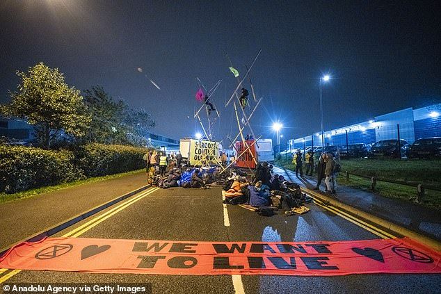 More than 100 protesters targeted Newsprinters printing works at Broxbourne, Hertfordshire, and Knowsley, near Liverpool, on September 4. Roads were blocked and XR protesters chained themselves to structures. The blockade disrupted the distribution of newspapers