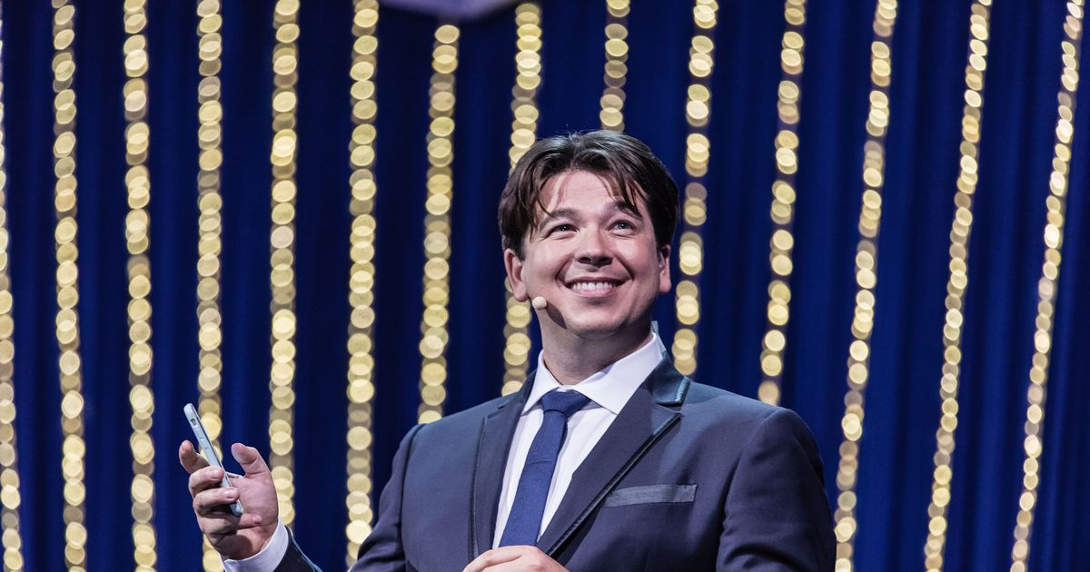Michael McIntyre telling jokes to strangers because he's desperate to perform