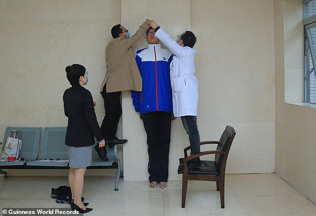 A certification officer (far left) observes Xiaoyu's measuring session at a hospital in Leshan city