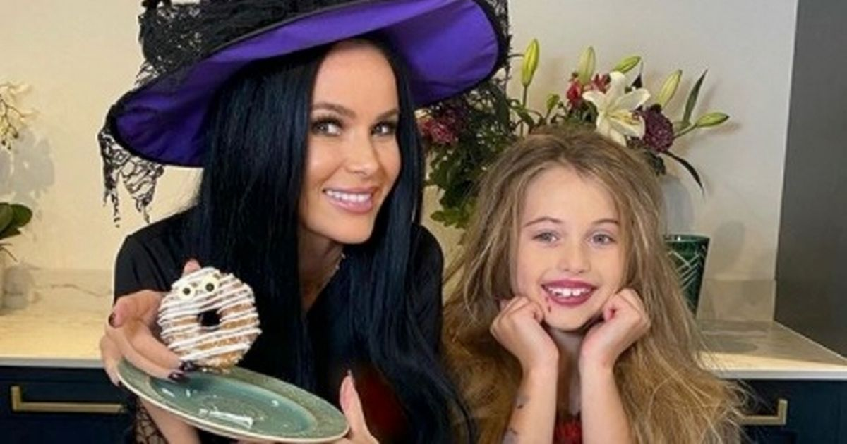 Amanda Holden puts a spell on her fans as she dresses up as witch for Halloween