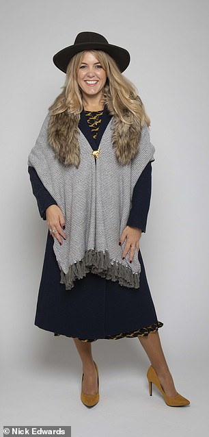 A stylish faux fur collar keeps your neck super warm and adds a touch of glamour to your outfit