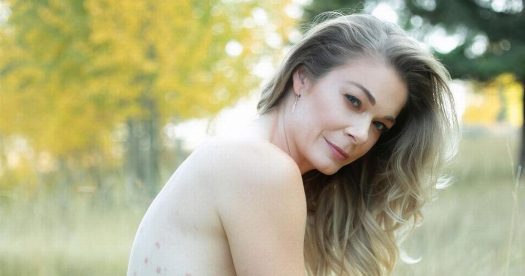 LeAnn Rimes poses completely nude as she shares