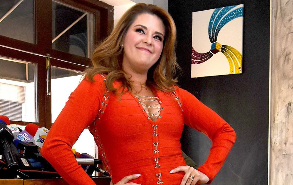 In a bikini, Alicia Machado shows off her incredible attributes swimming in the pool in the moonlight | The opinion