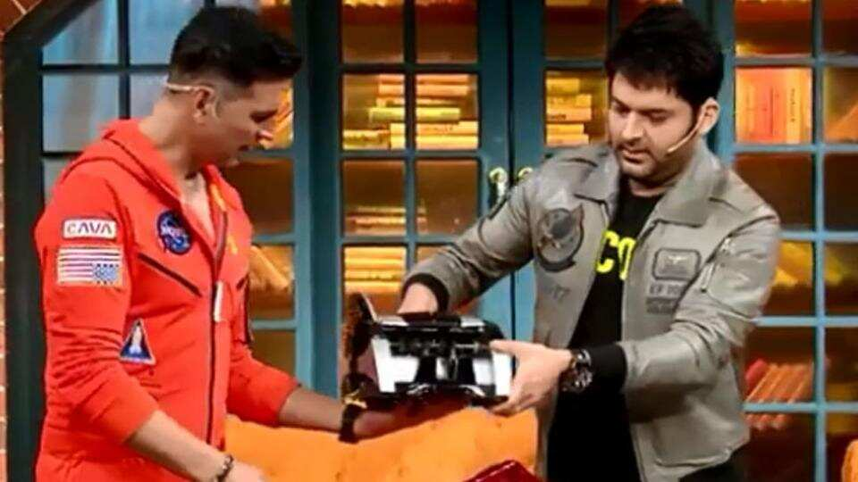 Kapil Sharma gifts Akshay Kumar a cash counting machine, actor says 'he must have got it from his home'. Watch