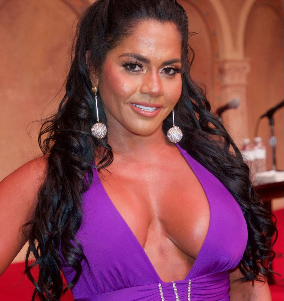 """Maripily Rivera's """"boobies"""" were almost exposed from her bed 