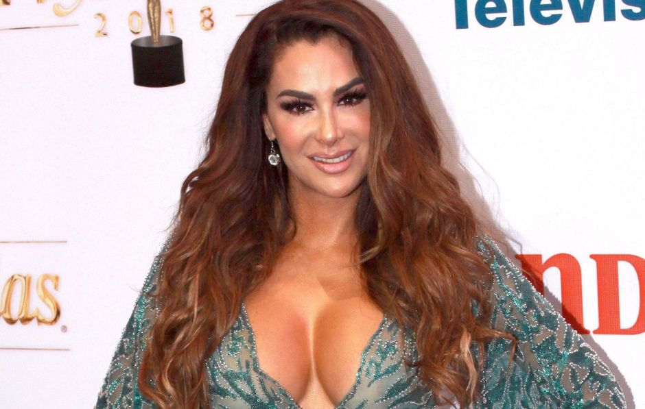 On all fours, Ninel Conde is exposed on the beach with a transparent blouse   The opinion