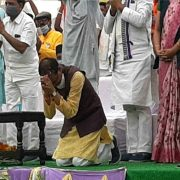 Shivraj's big pledge: The Chief Minister said- Now before every speech, I will sit on my knees and bow to the people, Madhya Pradesh is my temple & public God