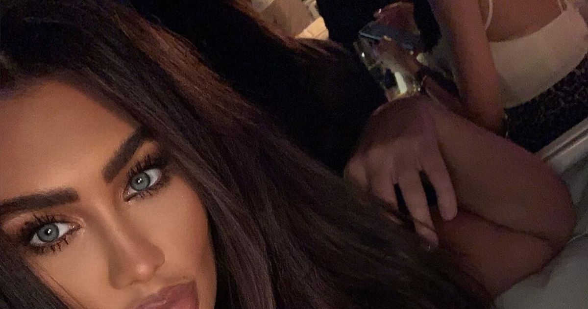 Lauren Goodger strips down to a bra for very busty selfie leaving fans drooling