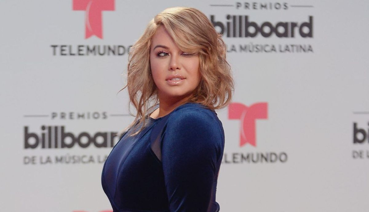 "Chiquis Rivera moves her hips, shows her thong, and they say that she is already ""just like Carolina Sandoval"" 