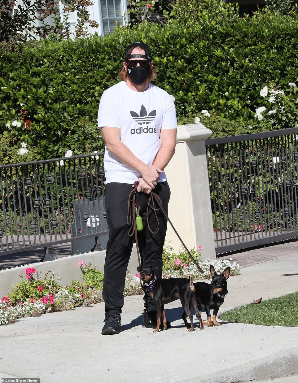 Dodgers' Justin Turner walks his dogs in first appearance since World Series COVID controversy
