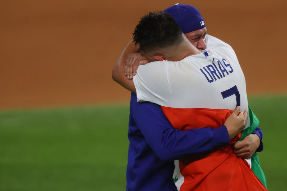 What's behind the sentiment photo? Julio Urías revealed what he said to his compatriot Víctor González after winning the World Series | The NY Journal