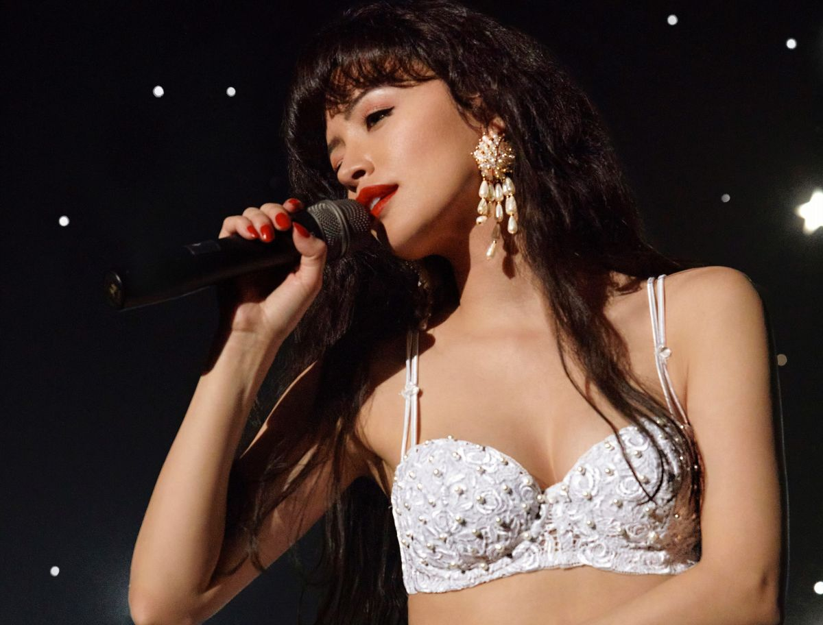 Christian Serratos gives life to Selena in the Netflix series and the comparisons with Jennifer López emerge   The State