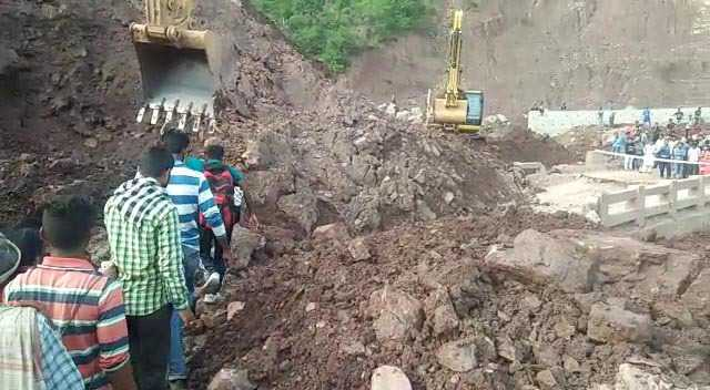 Landslide blocks Jammu-Srinagar national highway; hundreds of vehicles stranded