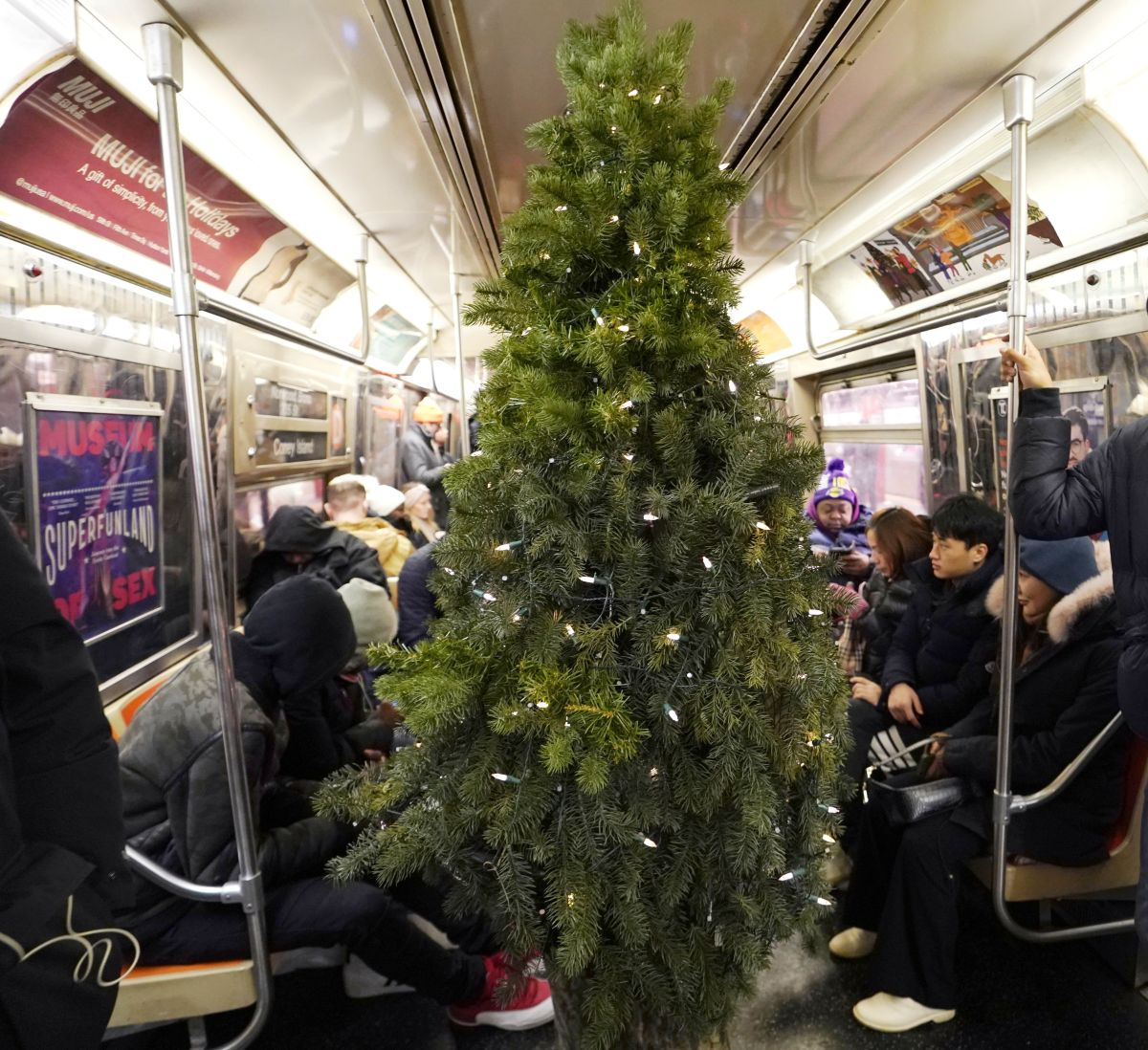 Living Christmas Tree Returns to Cheer New Yorkers in the Pandemic   The State