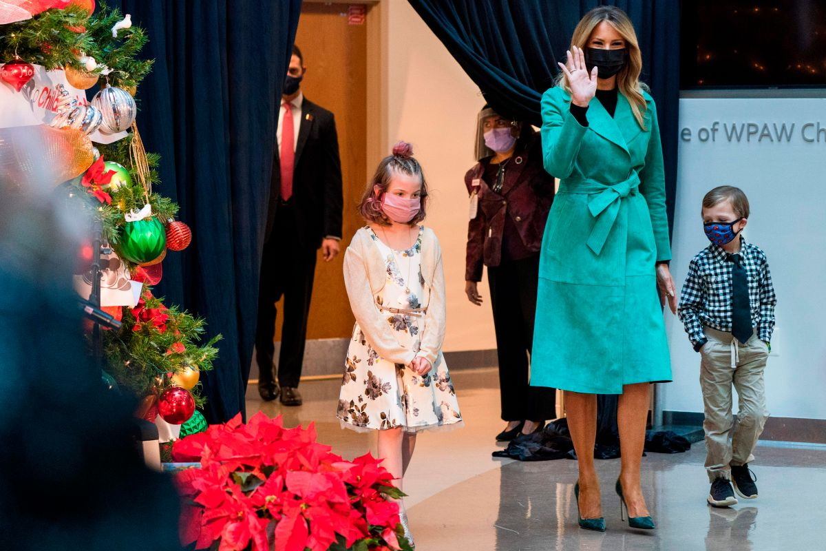 Melania Trump removes her mask to read during visit to children's hospital | The State