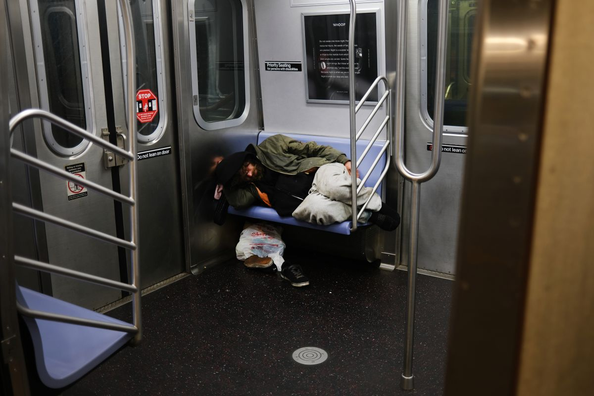 """People took photos, but no one helped me"": Hispanic pushed and fractured in the New York Subway 