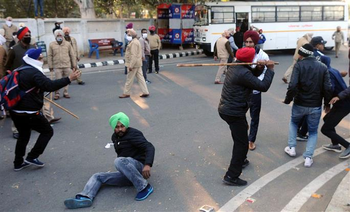 Police 'lathicharge' protesting teachers near CM residence in Patiala