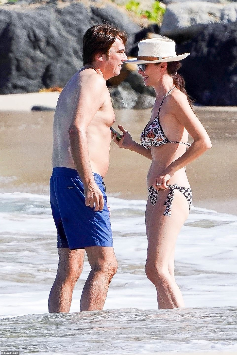 Wendi Deng cosies up with mystery man in St. Barts while flashing 'engagement ring'