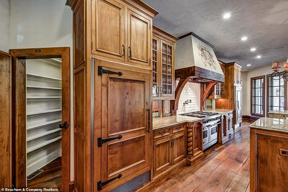 Throwback:In fact there is even an old-fashioned coat of arms on the range hood in the kitchen, which additionally features a small chandelier with rose pink lampshades