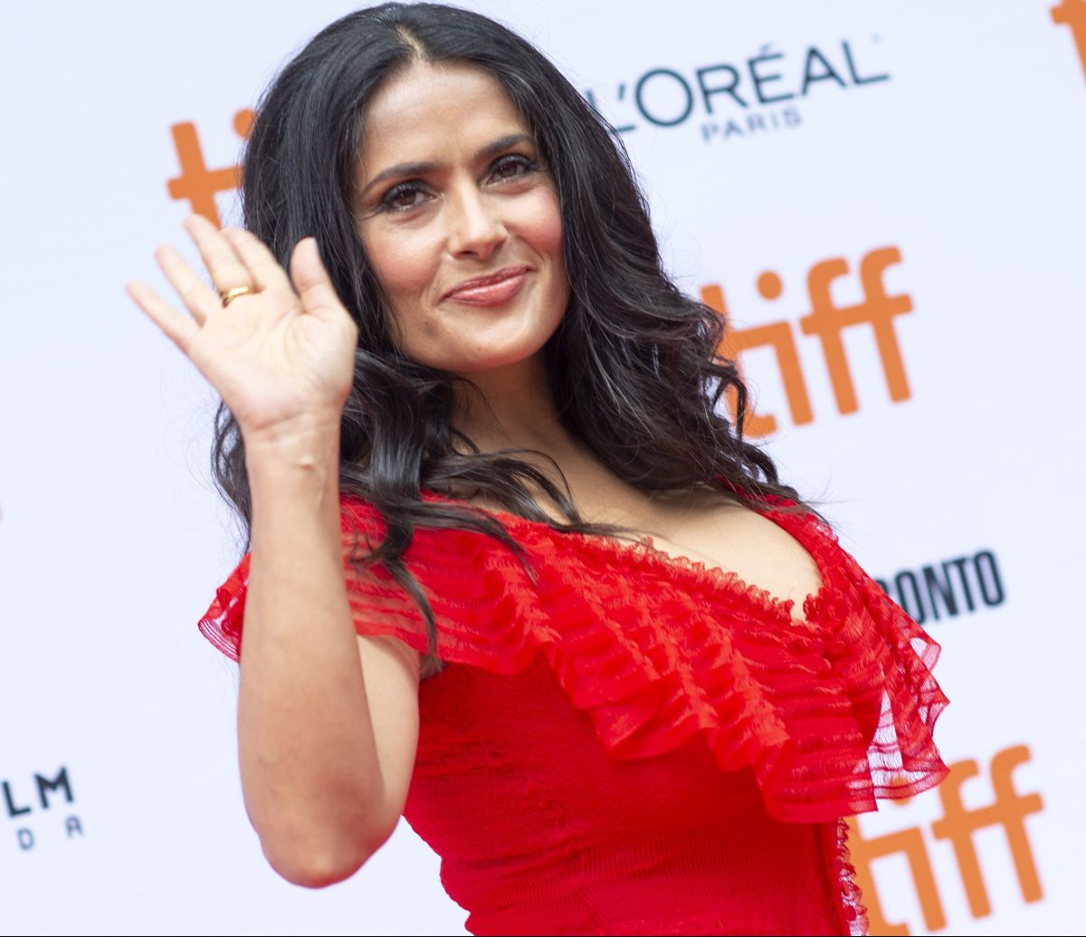 """Salma Hayek is """"Emperifolla"""" and devours a taco wearing a tremendous cleavage 