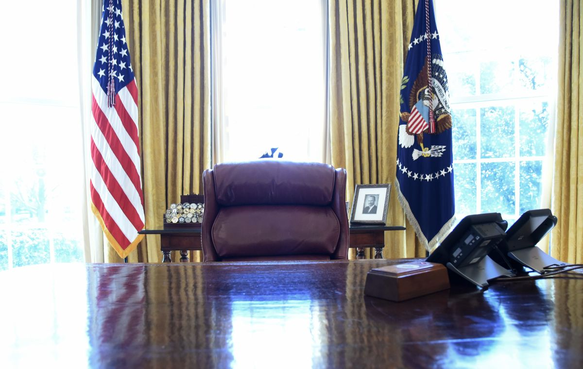 They remove the red button with which Trump ordered Coca-Cola from his desk | The State